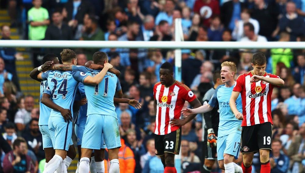 Los jugadores del Manchester City celebran un gol en el Etihad Stadium
