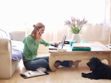 Una joven trabajando desde su casa