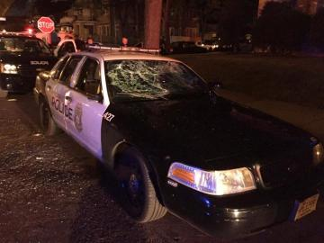 Un coche de policia destrozadoUn coche de policía destrozado
