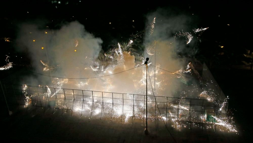 La tradicional guerra de carretillas durante la Nit de l'Albà, esta noche en las fiestas de Elche
