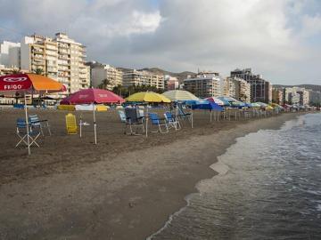 Cientos de sombrillas colocadas en primera línea en la playa