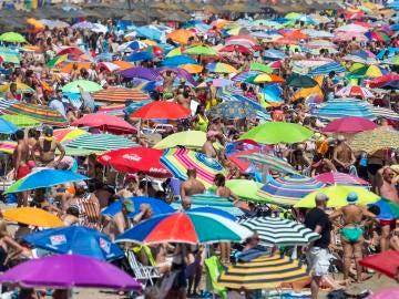 Miles de personas disfrutan del sol y el mar en las playas de la Malvarrosa y Las Arenas de Valencia