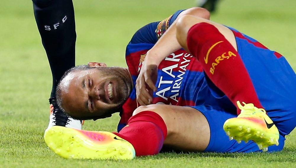 Iniesta se retiró lesionado en el partido de ida de la Supercopa de España ante el Sevilla