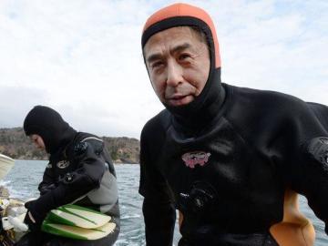 Yasuo Takamatsu cerca del puerto Takenoura después de una inmersión práctica.