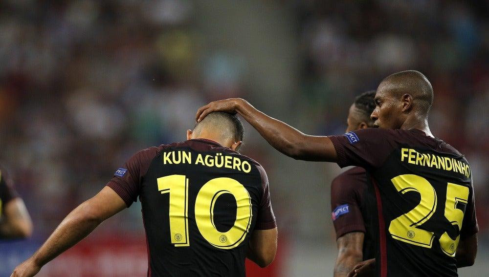 Fernandinho felicita a Agüero por su gol contra el Steaua