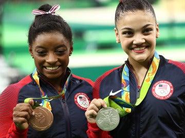 Simone Biles posando el bronce en Río