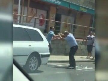 Frame 1.32627 de: Dos taxistas se pelean ante el asombro de turistas y de otros compañeros