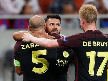 El Kun Agüero celebra su gol con Zabaleta y De Bruyne