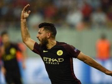 Agüero celebra su tanto al Steaua
