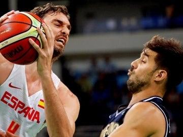 Pau Gasol y Roberto Acuña en el partido entre España y Argentina de baloncesto