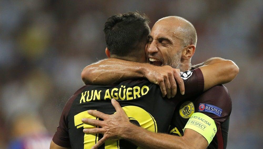 El Kun Agüero celebra con Zabaleta uno de sus tres goles