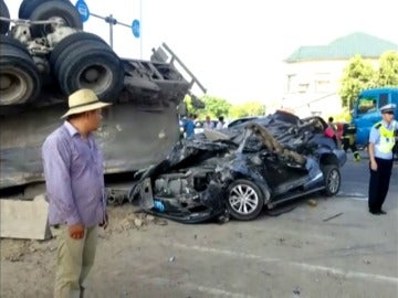 Frame 20.738393 de: Los ocupantes de un coche, aplastado por un camión cisterna, sobreviven al accidente
