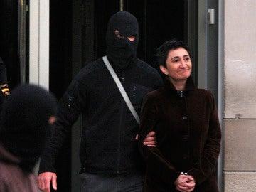 Elena Beloki, escoltada por un policía enmascarados en San Sebastián