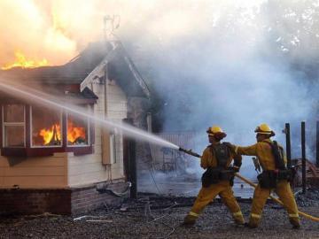 Bomberos actúan ante las llamas en un incendio en California