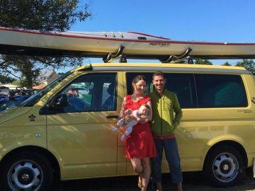 La pareja y su bebé posando con 'Dodo Van'