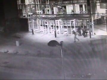 Frame 7.075244 de: La polícia detiene a tres jóvenes que cometieron una treintena de robos en mes y medio