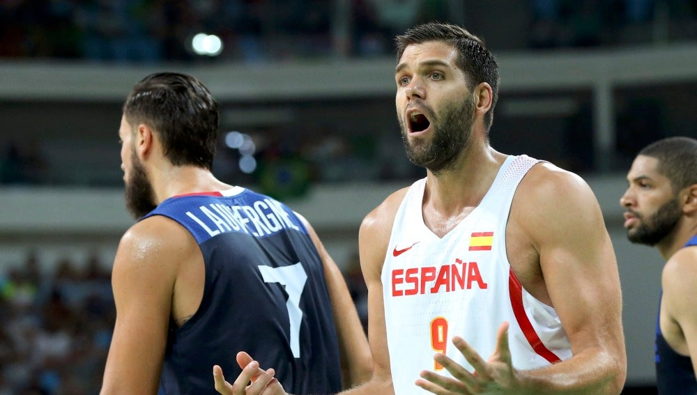 Felipe Reyes protesta ante los árbitros en el partido contra Francia