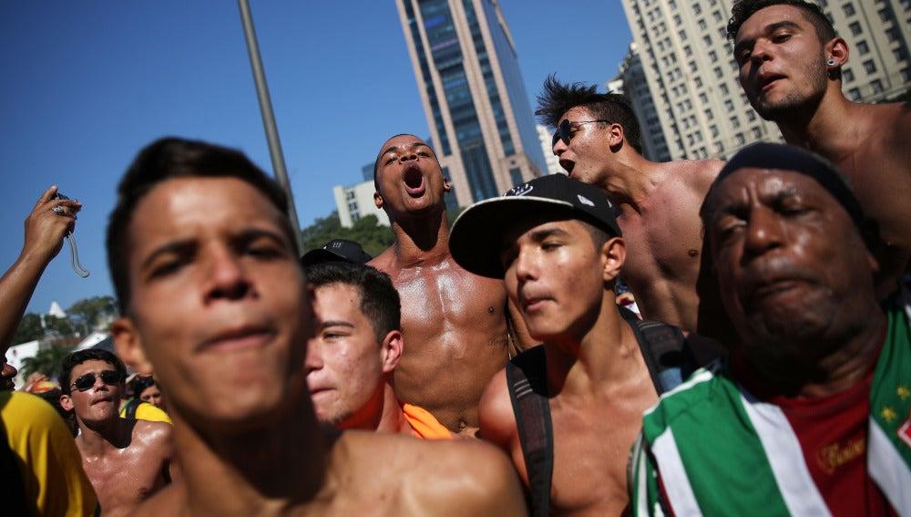 Latinos en la playa de Copacabana.