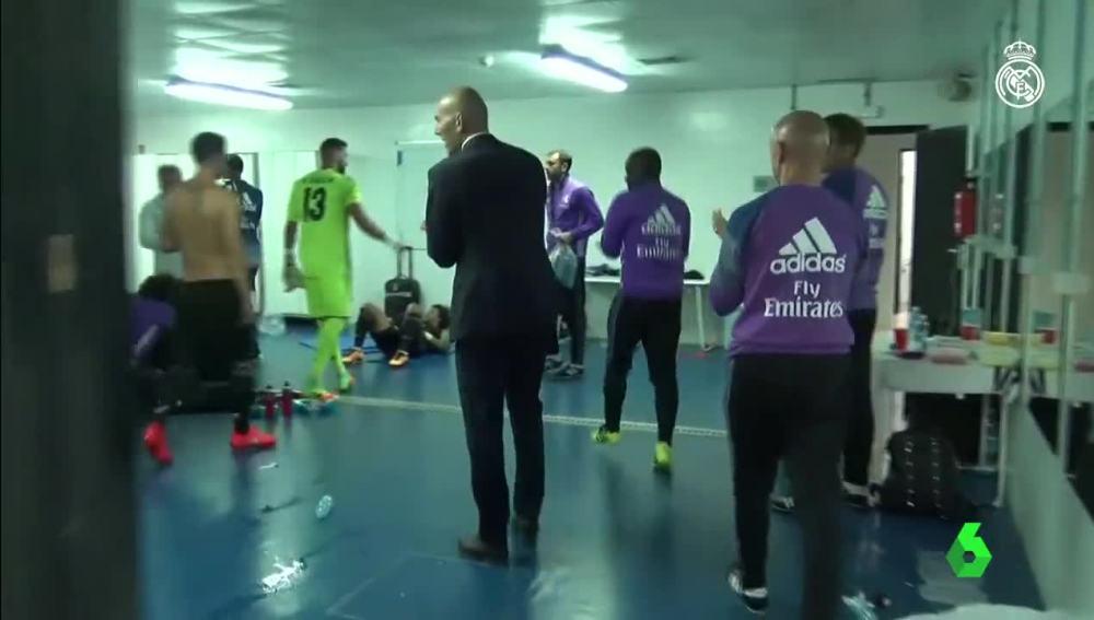 Zidane motivando a sus jugadores en Anoeta