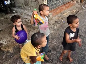 Niños sirios y palestinos conviven en el campo de refugiados palestino de Chatila, en Beirut