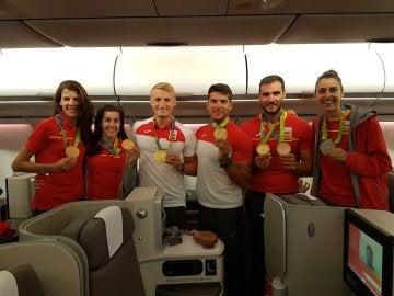 Parte de la delegación española en Río de Janeiro, en el avión de regreso a España