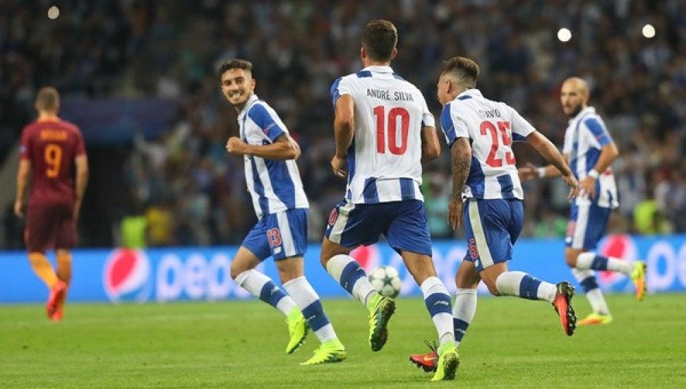 Los jugadores del Oporto celebran un gol frente a la Roma