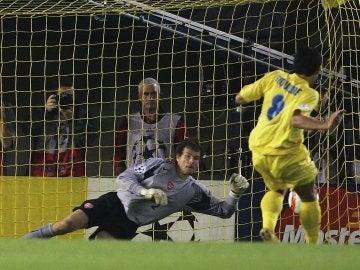 Riquelme fallando el decisivo penalti ante el Arsenal
