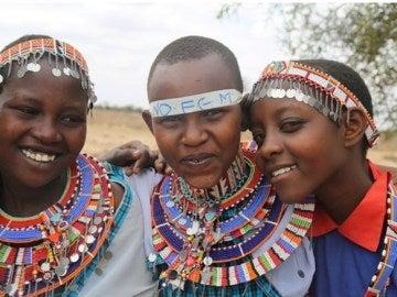 Tres chicas keniatas tras haber pasado por el nuevo ritual