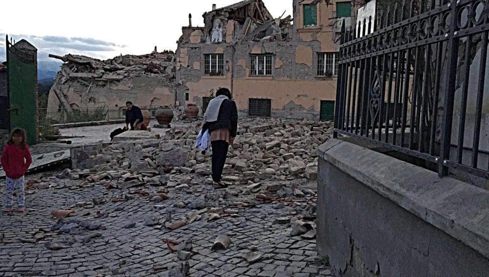 Viviendas afectadas tras el terremoto de 6.2 de magnitud