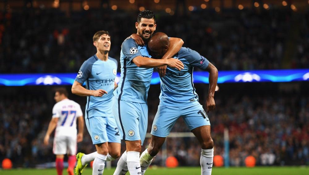 Los jugadores del City celebran el gol de Delph en el Etihad