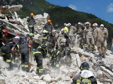 Bomberos y equipos de rescate buscando a vítcimas en el desastre