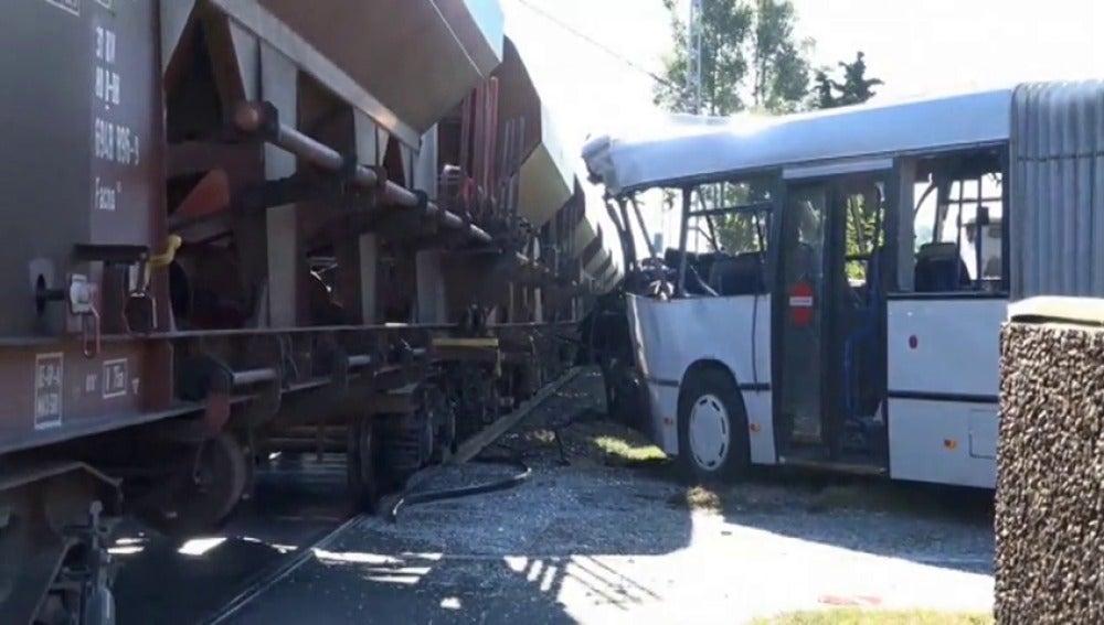 Frame 5.069349 de: Un tren arrolla a un autobús en Alemania