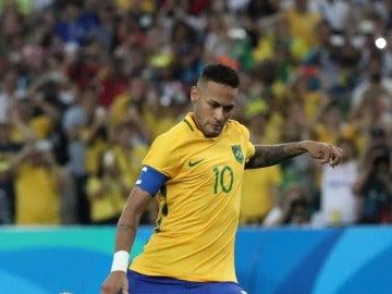 Neymar lanzando el penalti que daba el triunfo a Brasil en los JJOO