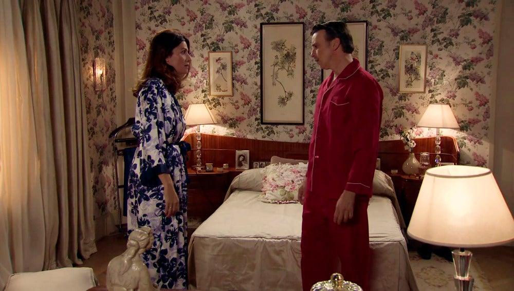 Tomás confiesa a Adela que trabaja para los rusos como espía