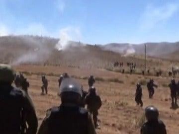 Frame 8.920462 de: Enfrentamientos entre mineros y policias en Bolivia