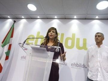 Los lideres de EH Bildu, Oskar Matute y Oihane Zabaleta, en un momento de la conferencia de prensa ofrecida hoy en San Sebastián para analizar la decisión de la Junta Electoral de Guipúzkoa de que el candidato a lehendakari, Arnaldo Otegi