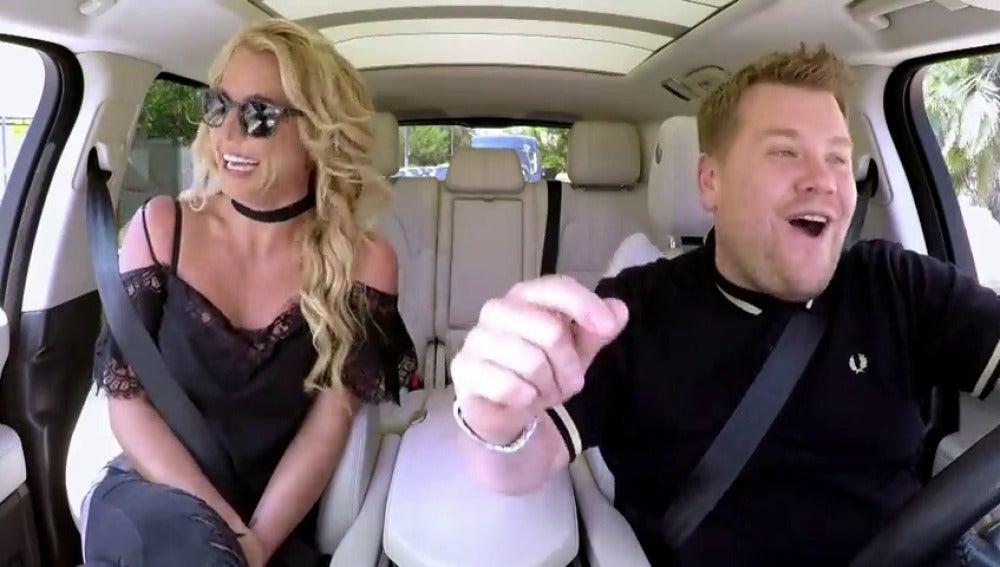 Frame 15.61632 de: James Corden invita a subirse a su 'Carpool Karaoke' a Britney Spears