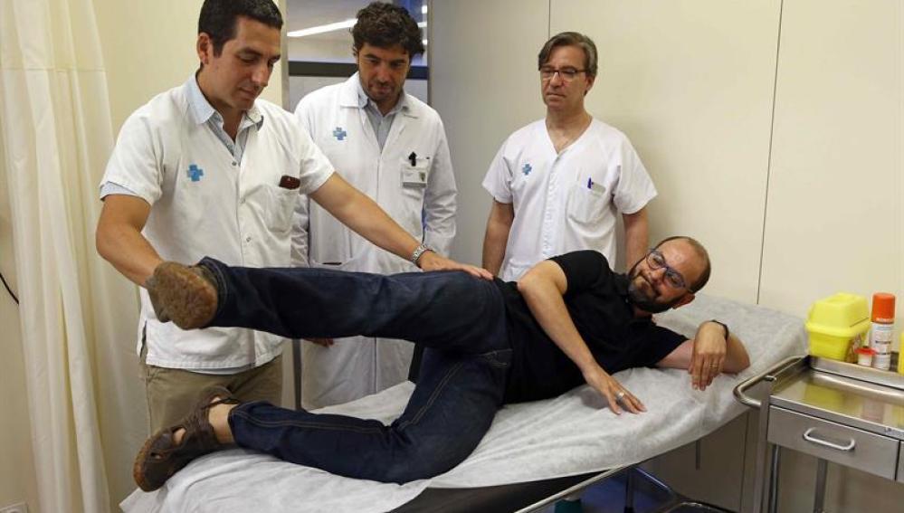 El paciente Óscar Muñoz, junto al doctor Roberto Vélez, coordinador del equipo médico del Hospital Vall d'Hebron que le ha sustituido un músculo del glúteo afectado por un cáncer sinovial por otro de la espalda, y los doctores Àlex Lluch  y José Manuel Collado, que participaron en esta operación pionera en España que permitió al paciente preservar su capacidad de moverse.