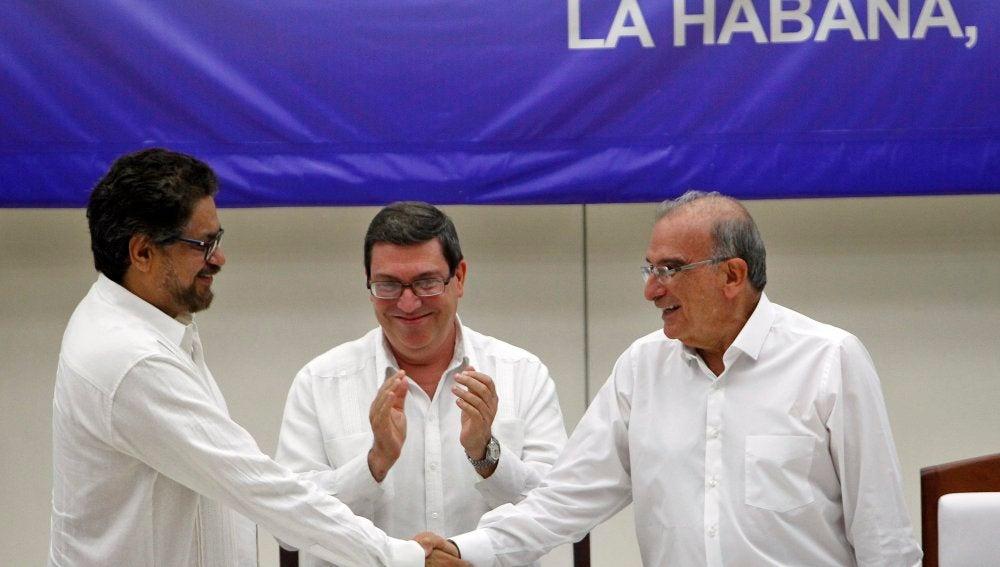 Colombia acaricia la ansiada paz con el acuerdo final entre el Gobierno y las FARC
