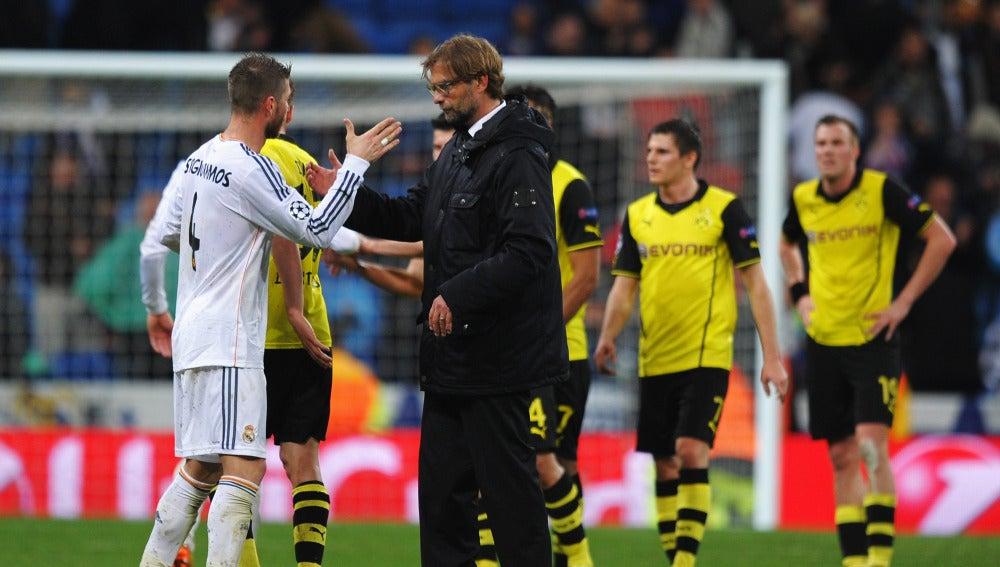 Ramos y Klopp se estrechan la mano tras acabar el partido entre Madrid y Dortmund
