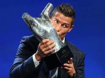 Cristiano, posando con el trofeo de mejor jugador de la UEFA 2016.