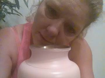 Tina Louden conserva las cenizas de su hija en un jarrón de color rosa que lleva una inscripción: Ashley N. Shannon, 2013.