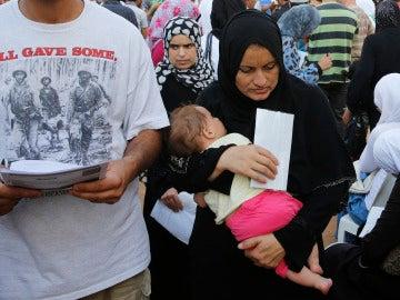 Un grupo de refugiados sirios con su documentación, ante el Alto Comisionado de Naciones Unidas para los Refugiados en Beirut