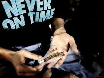 Un joven lía un 'canuto' maridando tabaco y marihuana