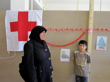 Fatima Shabe, refugiada siria con metástasis que no puede ser tratado en Líbano, junto a uno de sus cuatro hijos