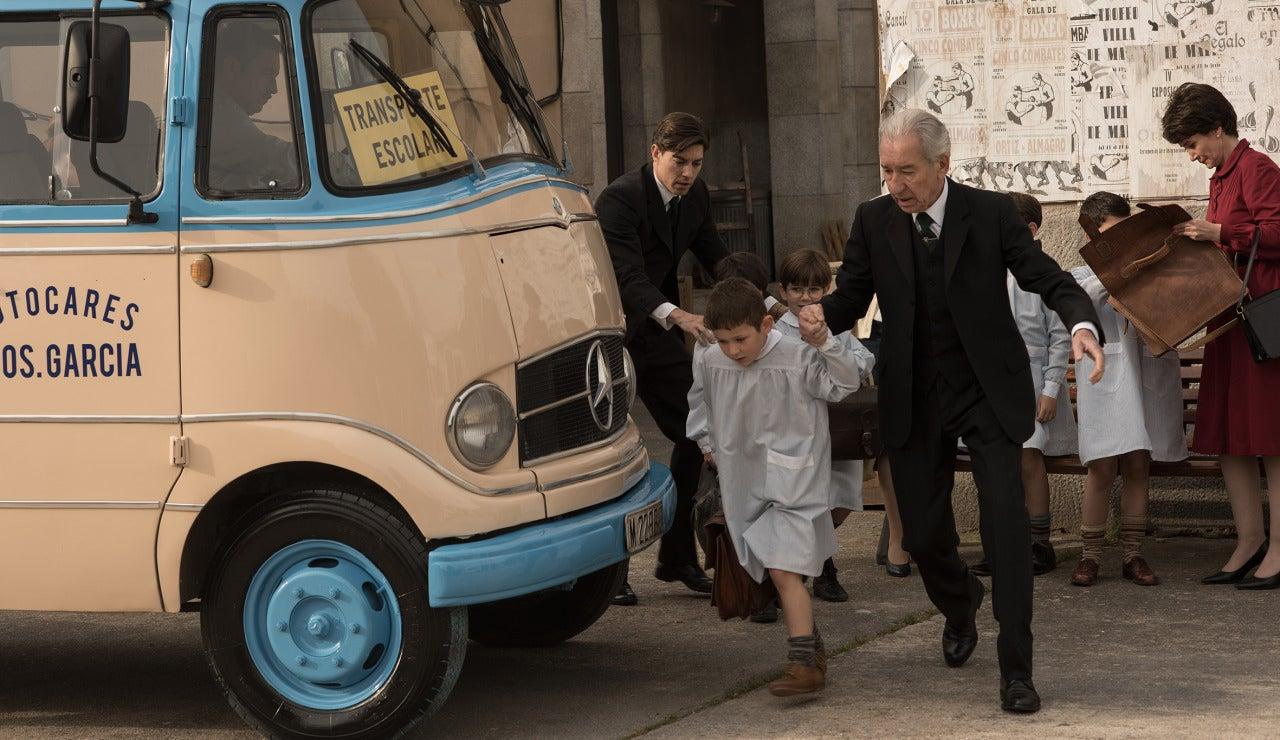 Don Emilio lleva a su nieto al bus escolar