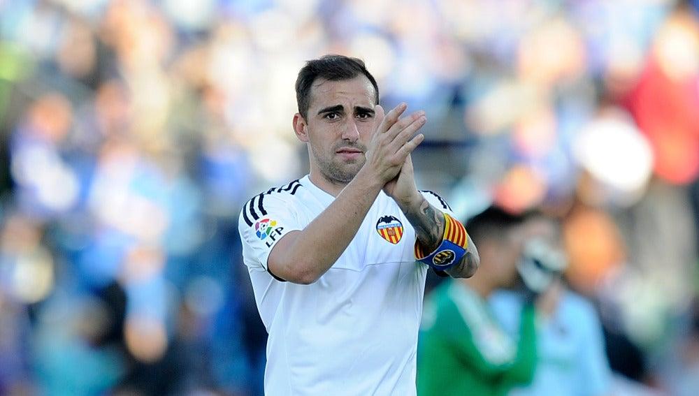 Paco Alcácer aplaude a la afición del Valencia