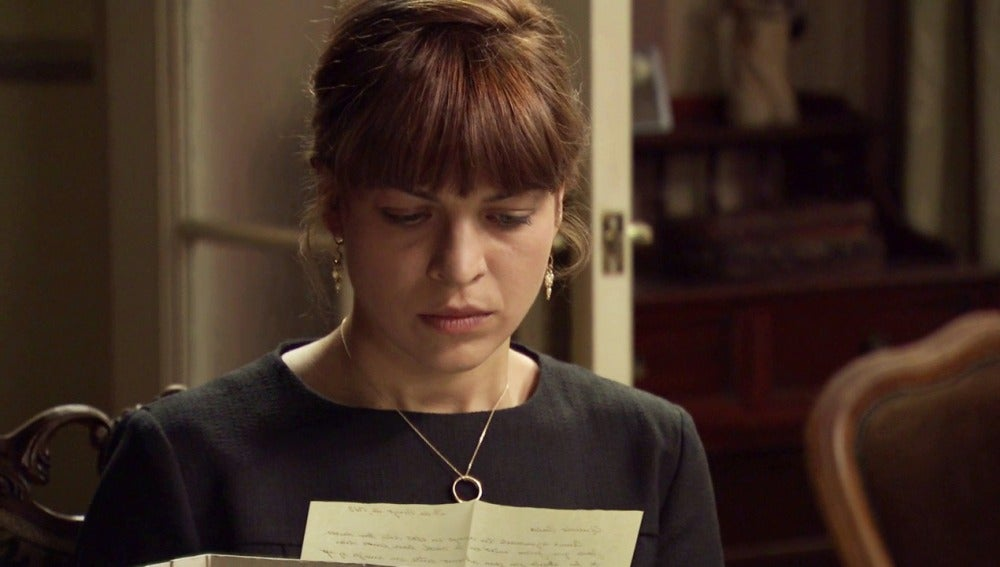 Nuria leyendo la carta de Félix