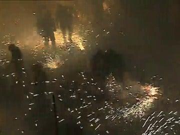 """Frame 20.612842 de: Mil kilos de pólvora y 70.000 cohetes en la """"Noche del fuego"""" de Parterna"""