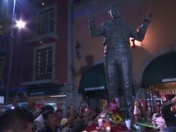 """Frame 19.777764 de: México llora la muerte del """"divo de Ciudad Juárez"""""""